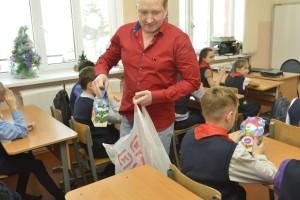 На фото: А.Л. Ляпкусов вручает пионерам школы №17 сладкие подарки