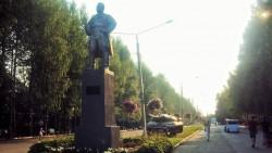 Киров под прицелом. В Ижевске танк установили в парке, направив дуло в спину памятника Кирову