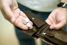Россияне назвали самыми острыми проблемами рост цен и низкие зарплаты