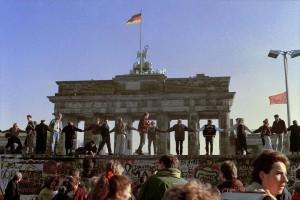 Доля тех, кто положительно оценивает падение Берлинской стены, за десять лет сократилась почти на треть